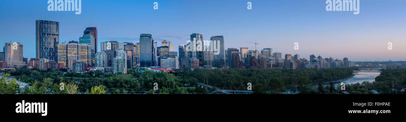 Panoramablick auf die Stadt von Calgary während eines Sonnenuntergangs. Stockbild