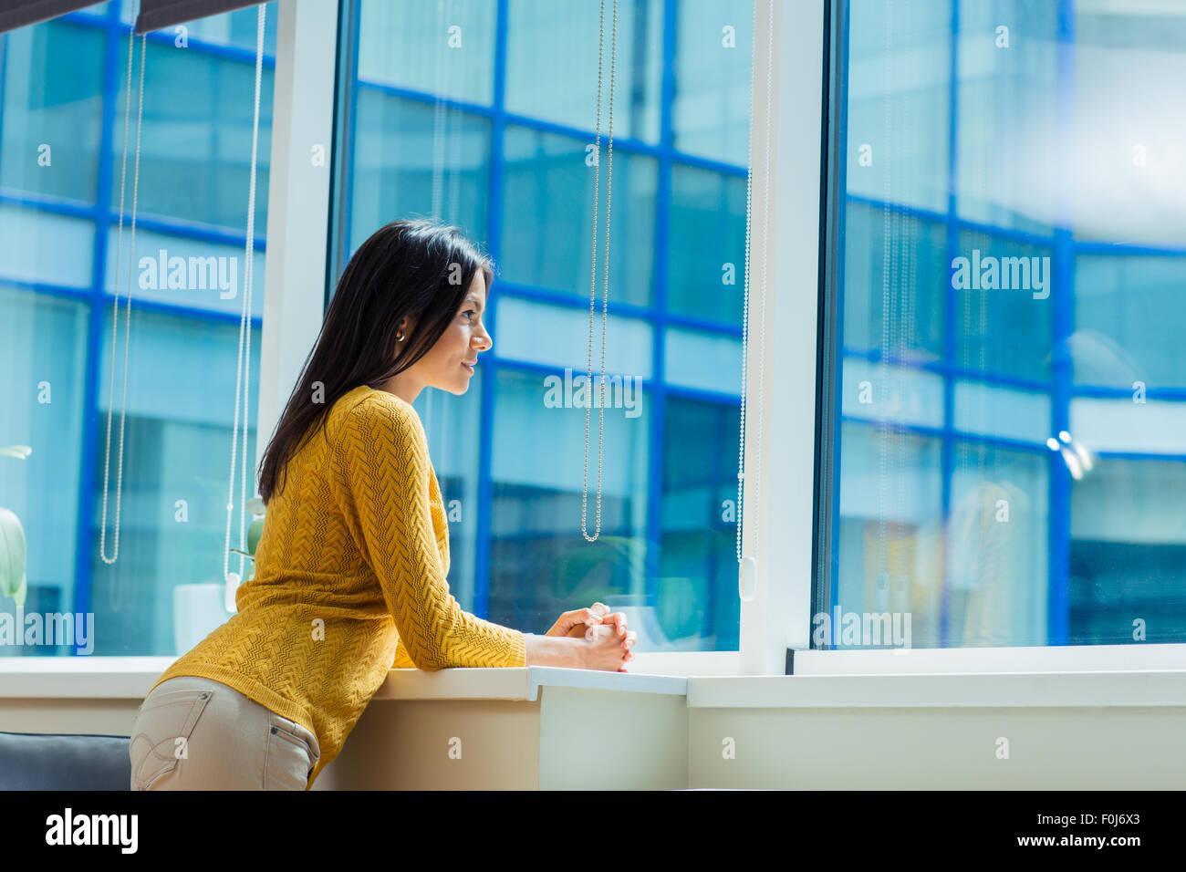 Porträt von lässig Geschäftsfrau man Fenster im Büro Stockbild