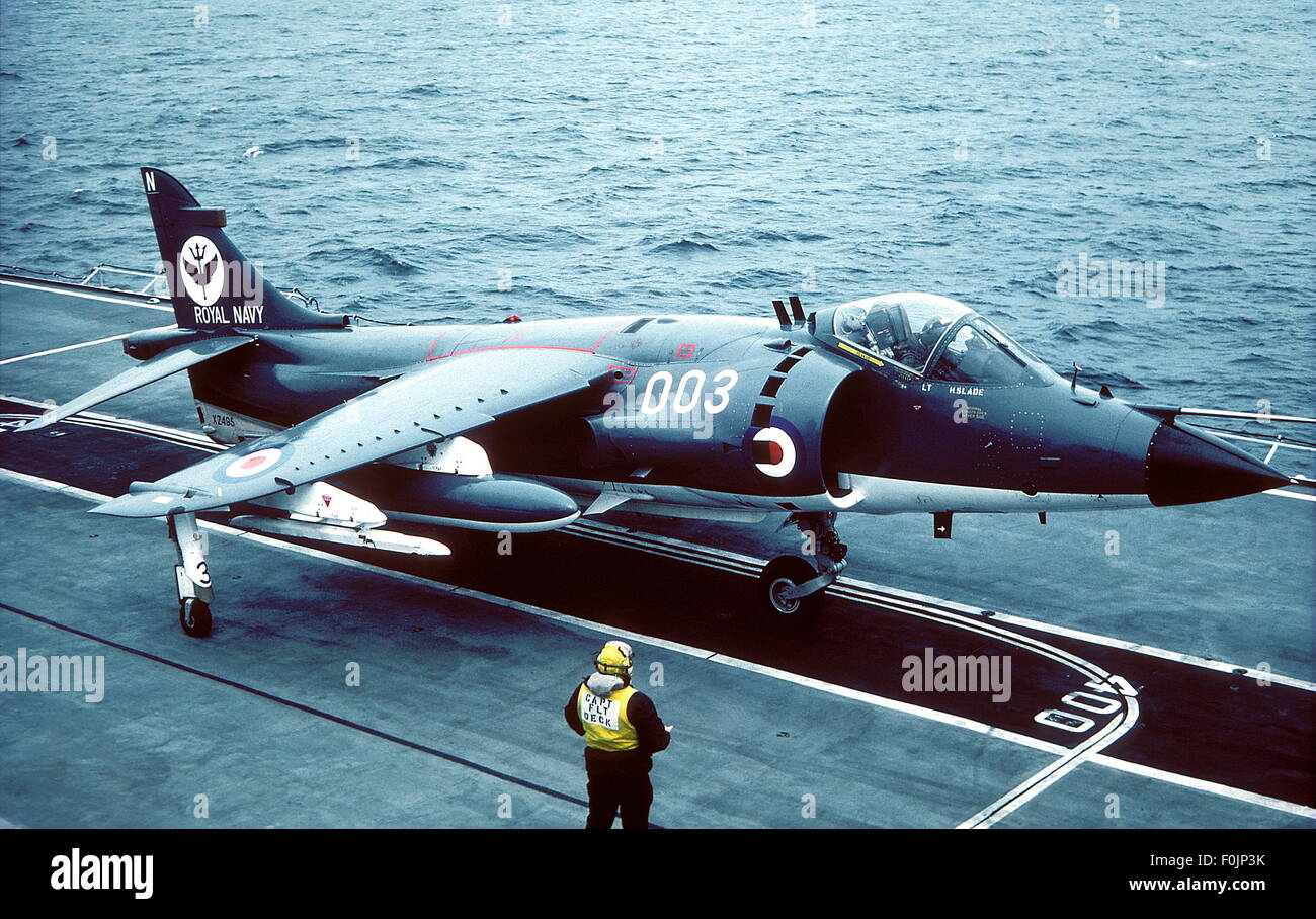 AJAXNETPHOTO - DER 1980ER JAHRE. JUST LANDED - AIR - SEA HARRIER AN BORD UNBESIEGBAR ANFANG DER 1980ER JAHRE. ?FOTO: Stockbild