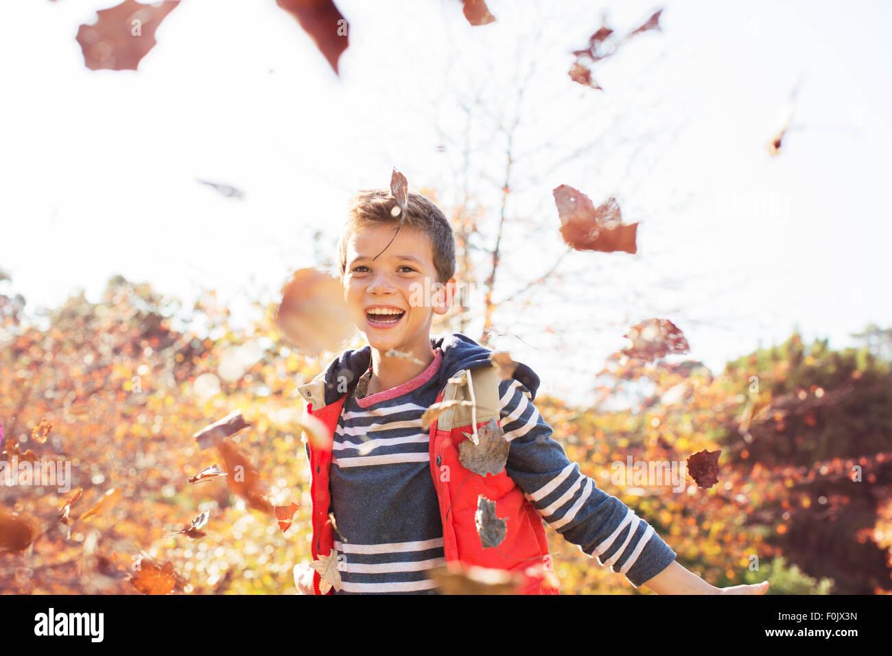 Porträt von begeisterten jungen werfen Herbst Blätter Stockbild