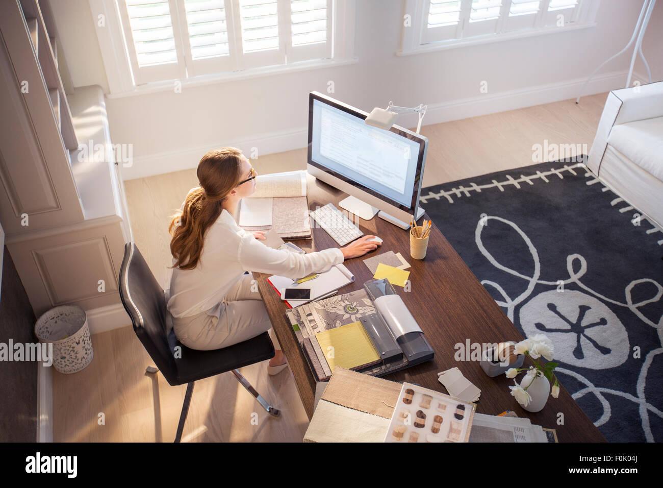 Innenarchitekt arbeiten am puter im Büro zu Hause