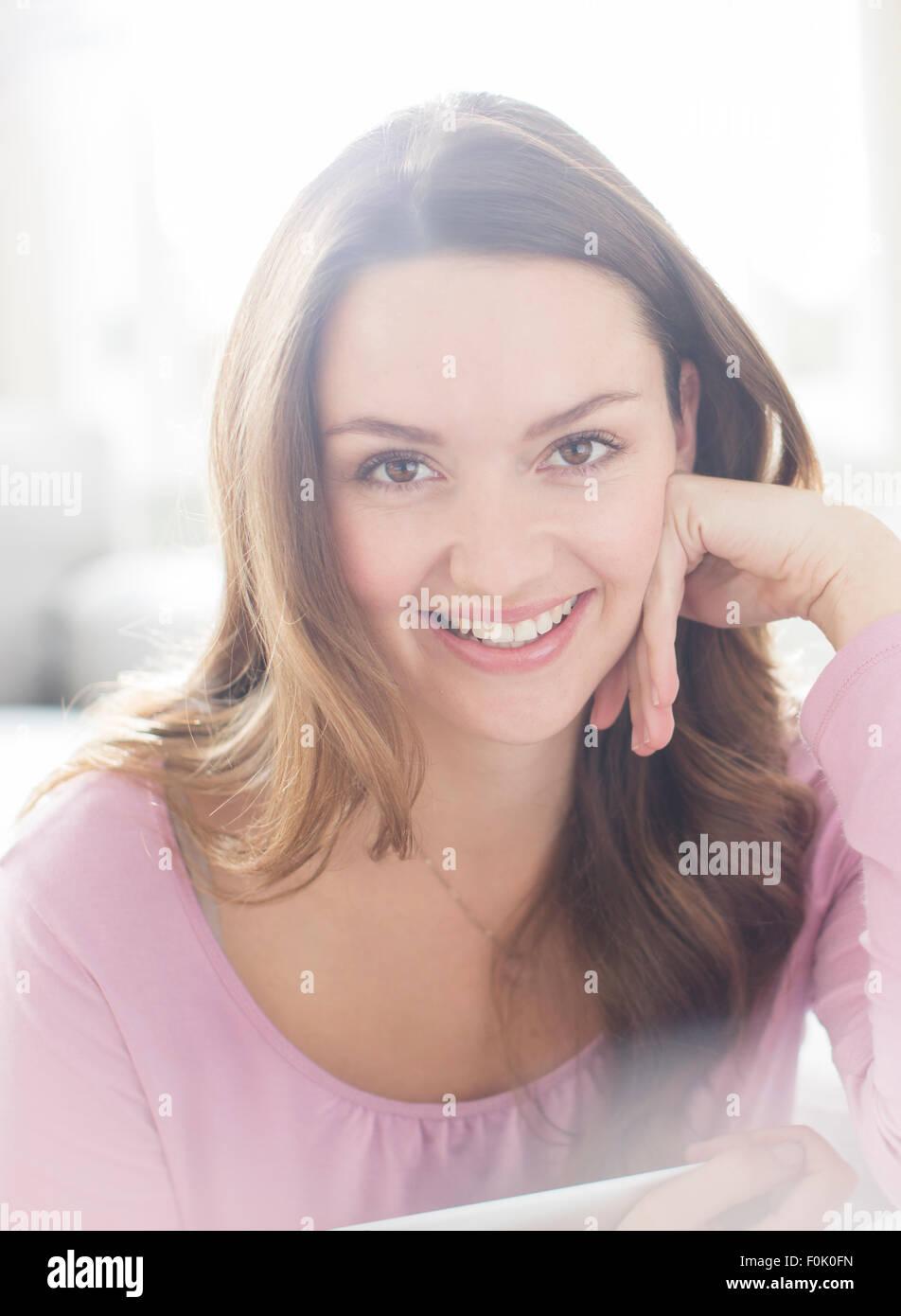 Porträt lächelnde Brünette Frau hautnah Stockbild