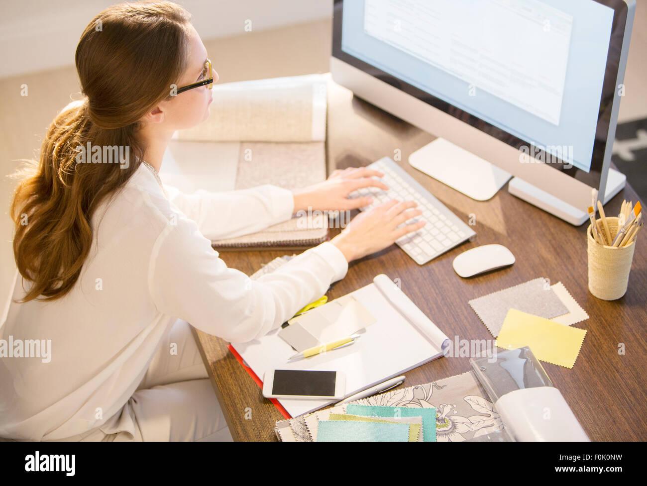 Innenarchitekt Arbeiten Am Computer Im Büro Zu Hause Stockfoto