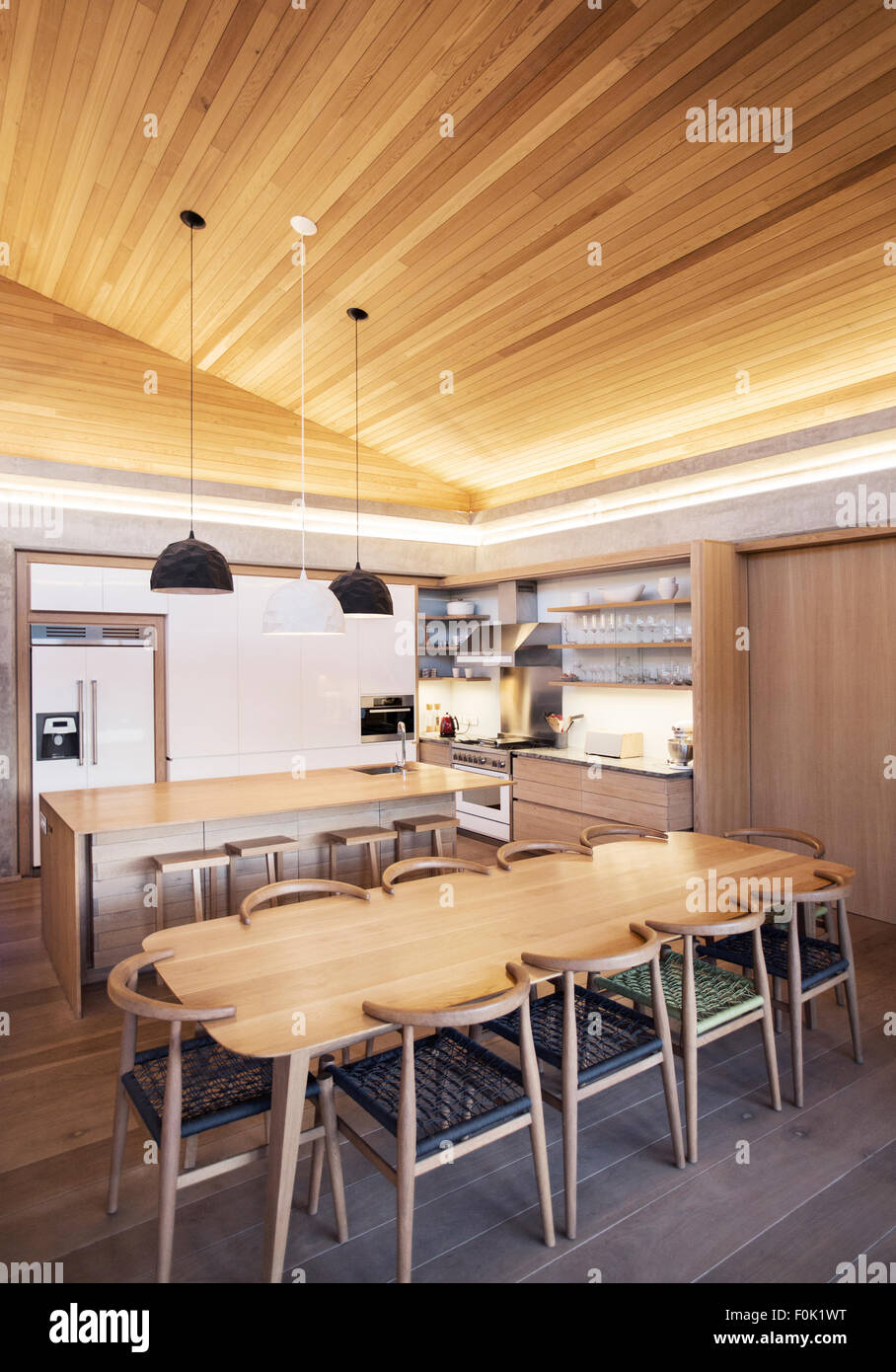 Beleuchtete Schräge Holzdecke über Küche
