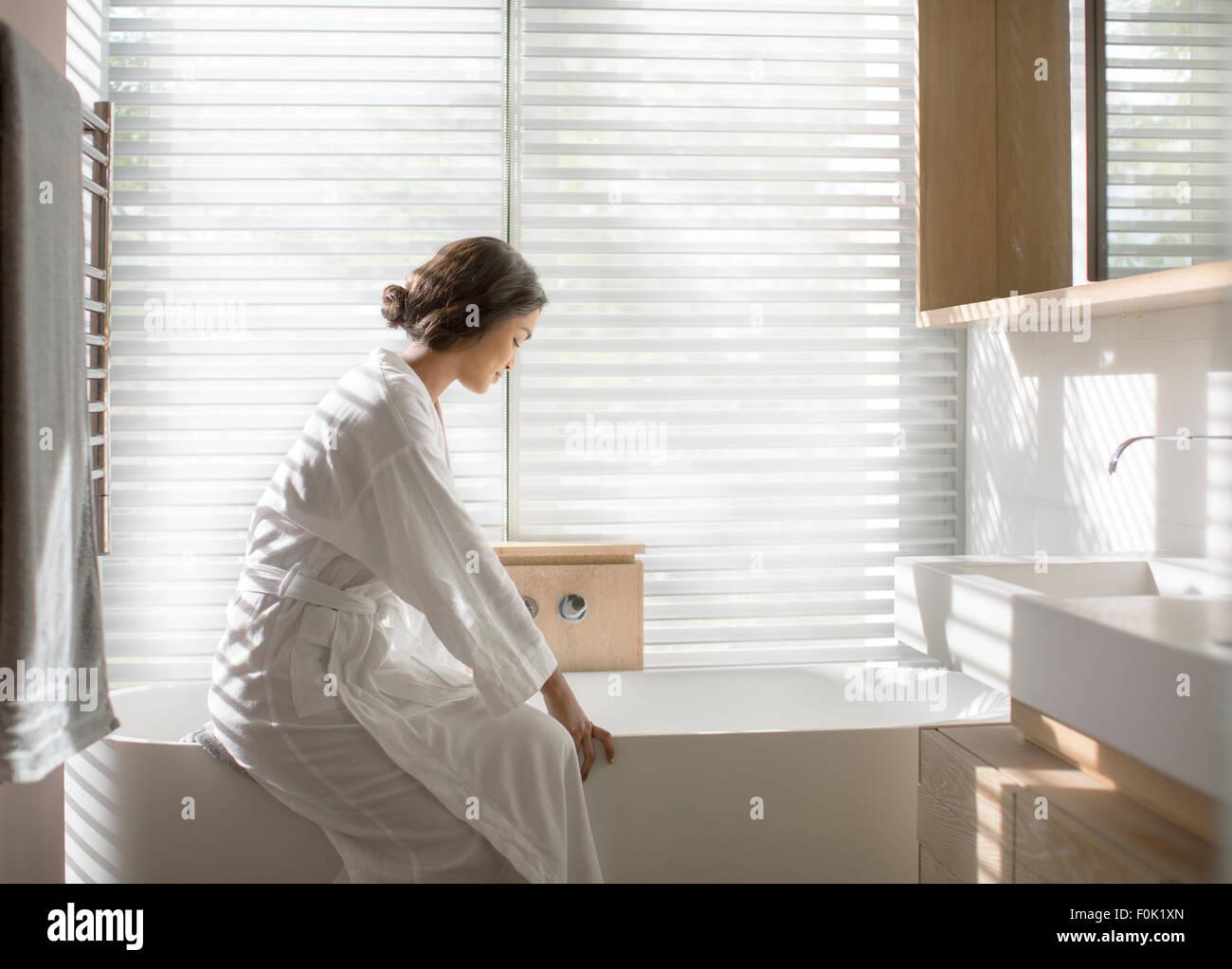 Frau Im Bademantel Zeichnen Ein Bad In Der Badewanne In Luxus Badezimmer