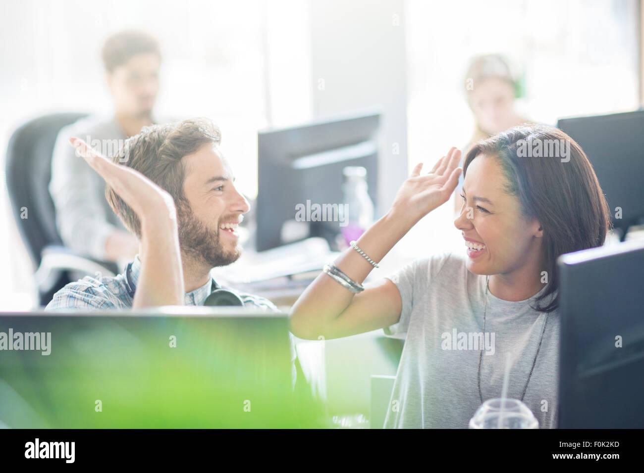 Begeisterte Geschäft Leute hohe Fiving im Büro Stockbild