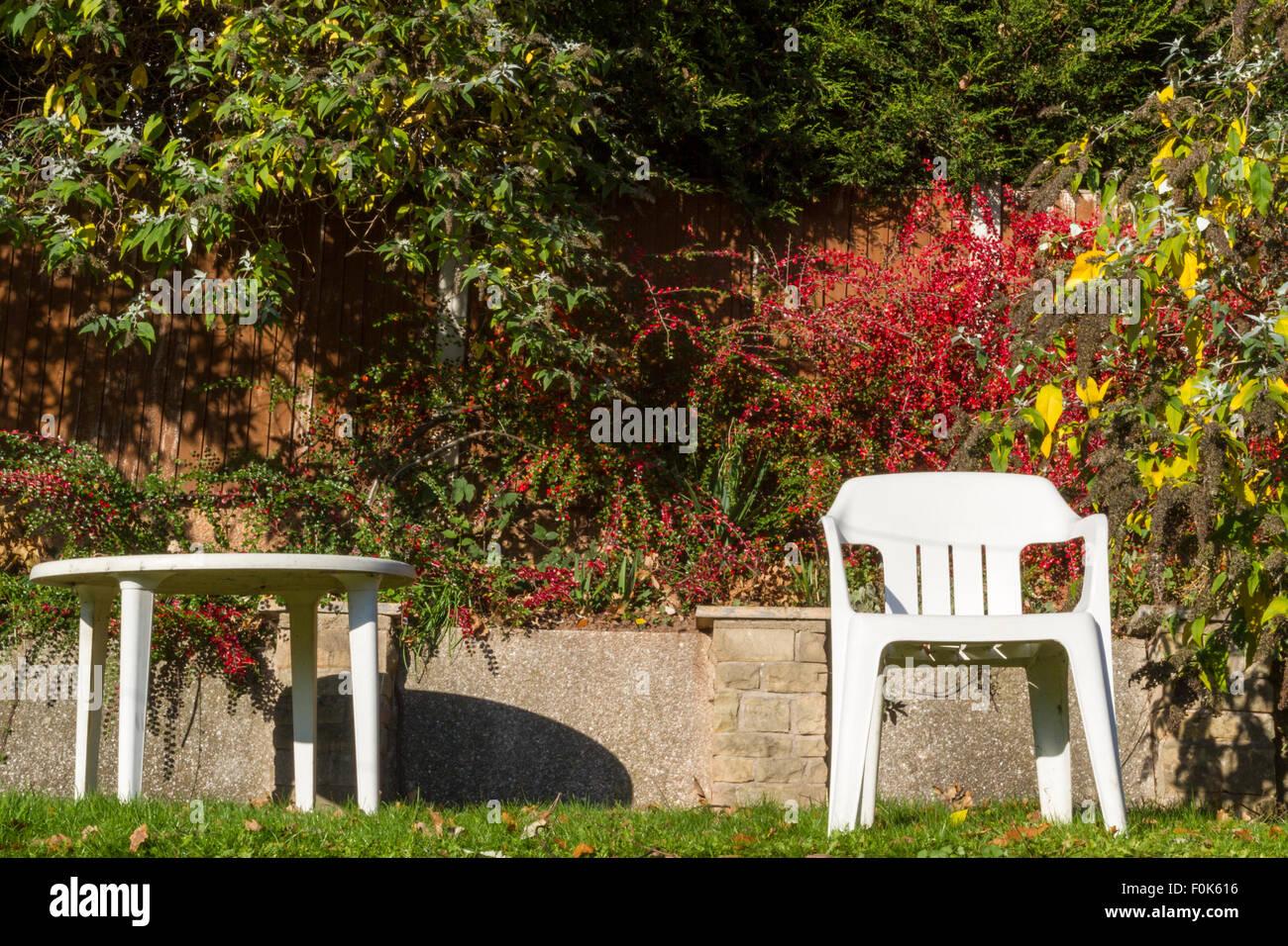 Weisse Kunststoff Tisch Und Stuhl In Einem Garten An Einem Sonnigen