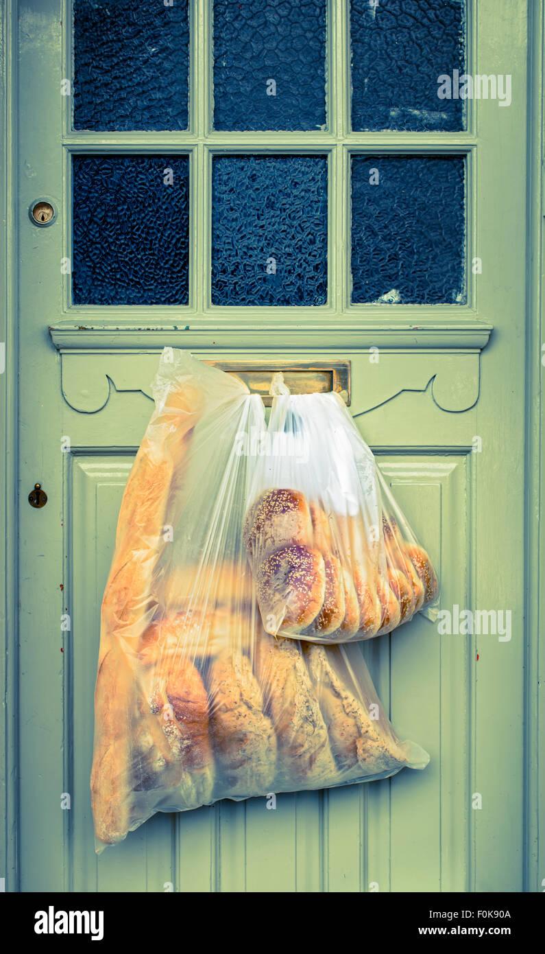Bäckerei-Lieferung an der Eingangstür hängen gelassen Stockbild