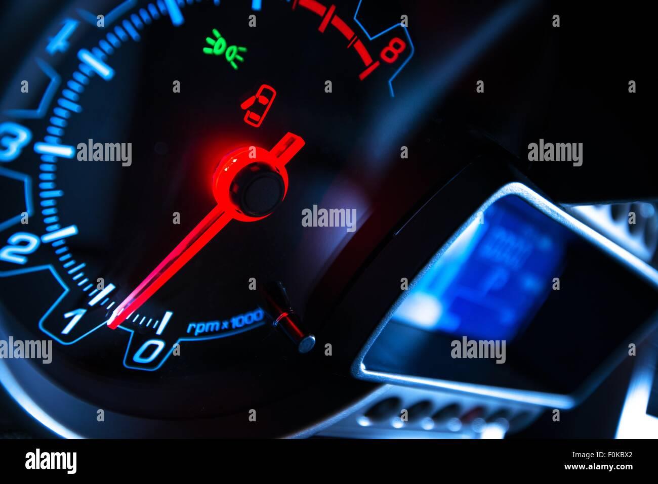Moderne digitale Armaturenbrett mit Drehzahlmesser. Autofahren-Konzept. Stockbild