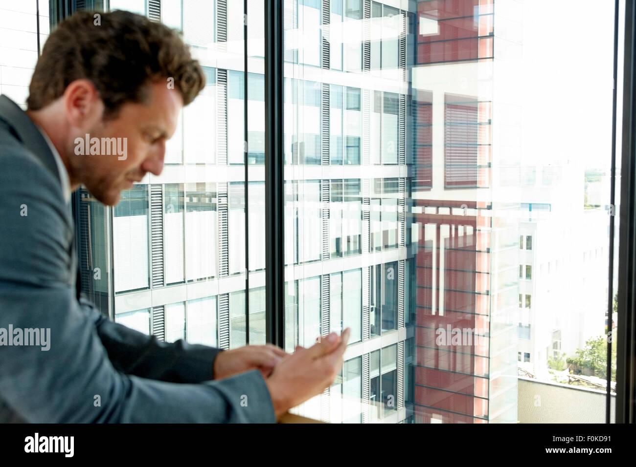 Geschäftsmann, die SMS auf Handy lesen Stockbild