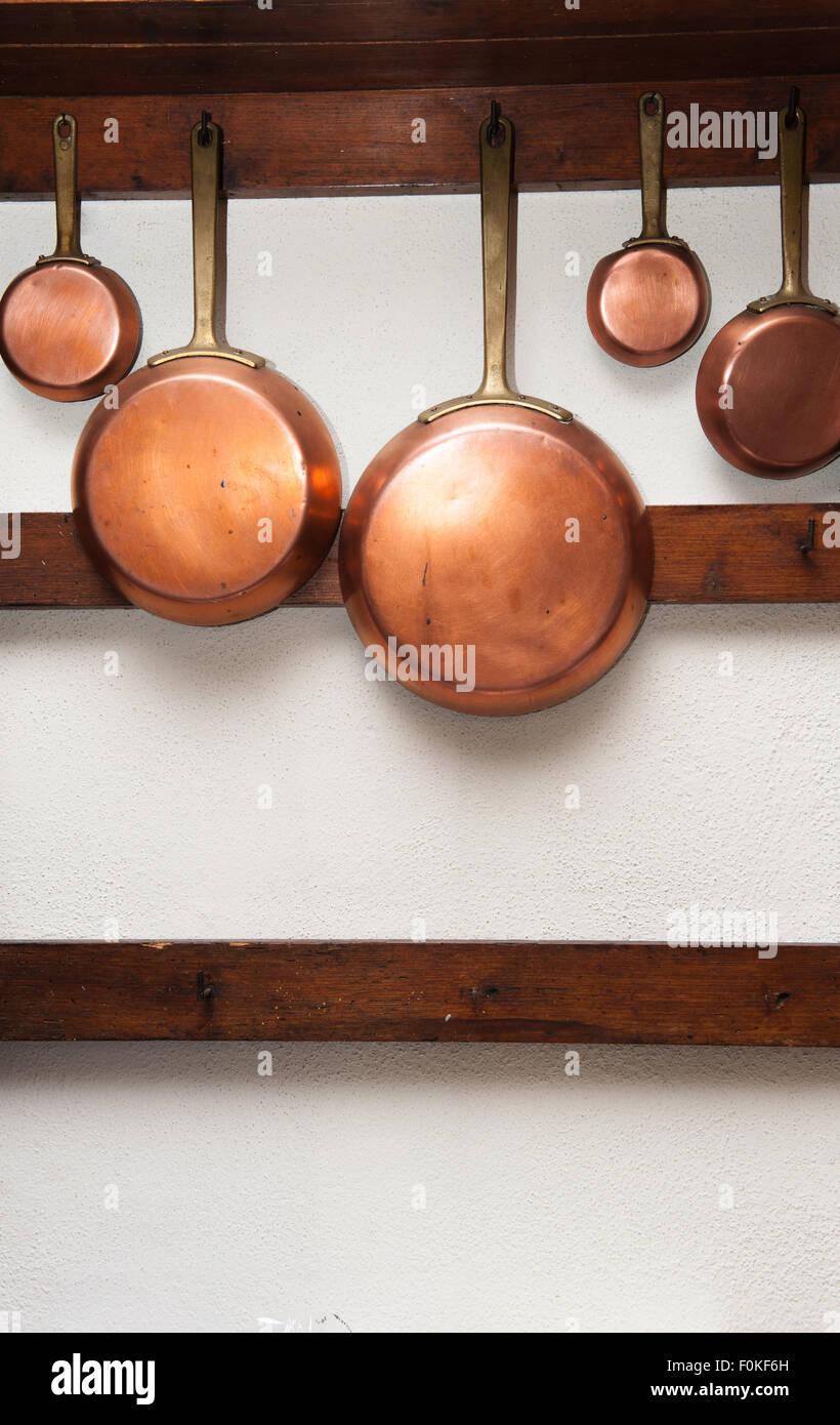 Holzregal Küche reihe vintage kupfer pfannen unterschiedliche größe hing