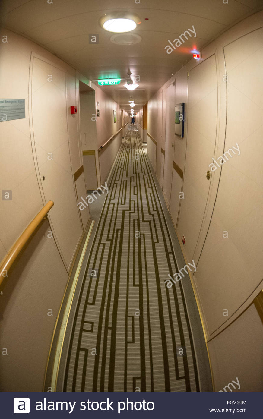 Die lange interne Korridore zu den Hütten der Passagiere an Bord des Kreuzfahrtschiffes P & O Schiff Azura. Stockbild