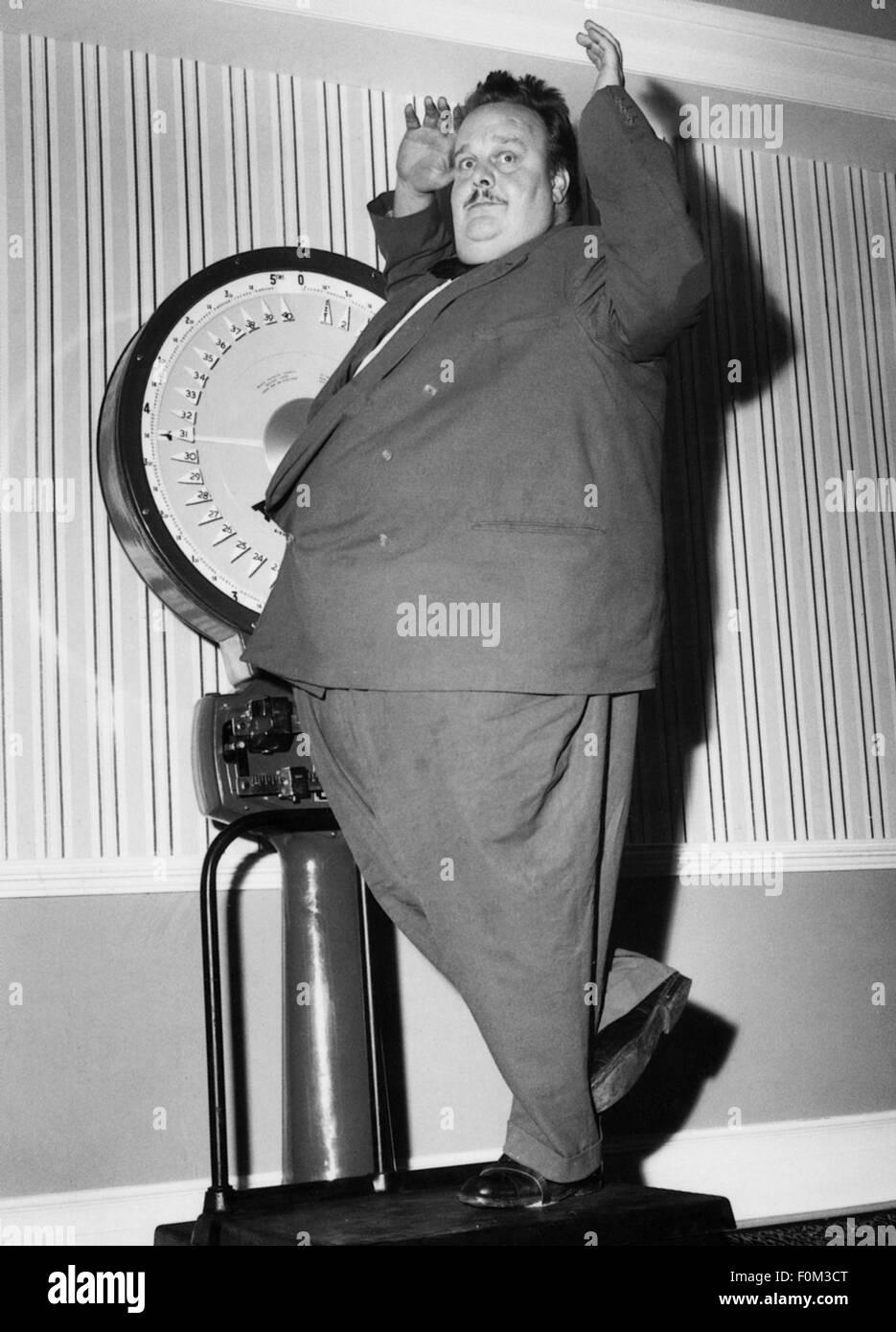 Menschen, Männer, volle Länge - 50 s, dicken Mann auf einer Skala, 1950er Jahre, Additional-Rights - Clearences Stockbild