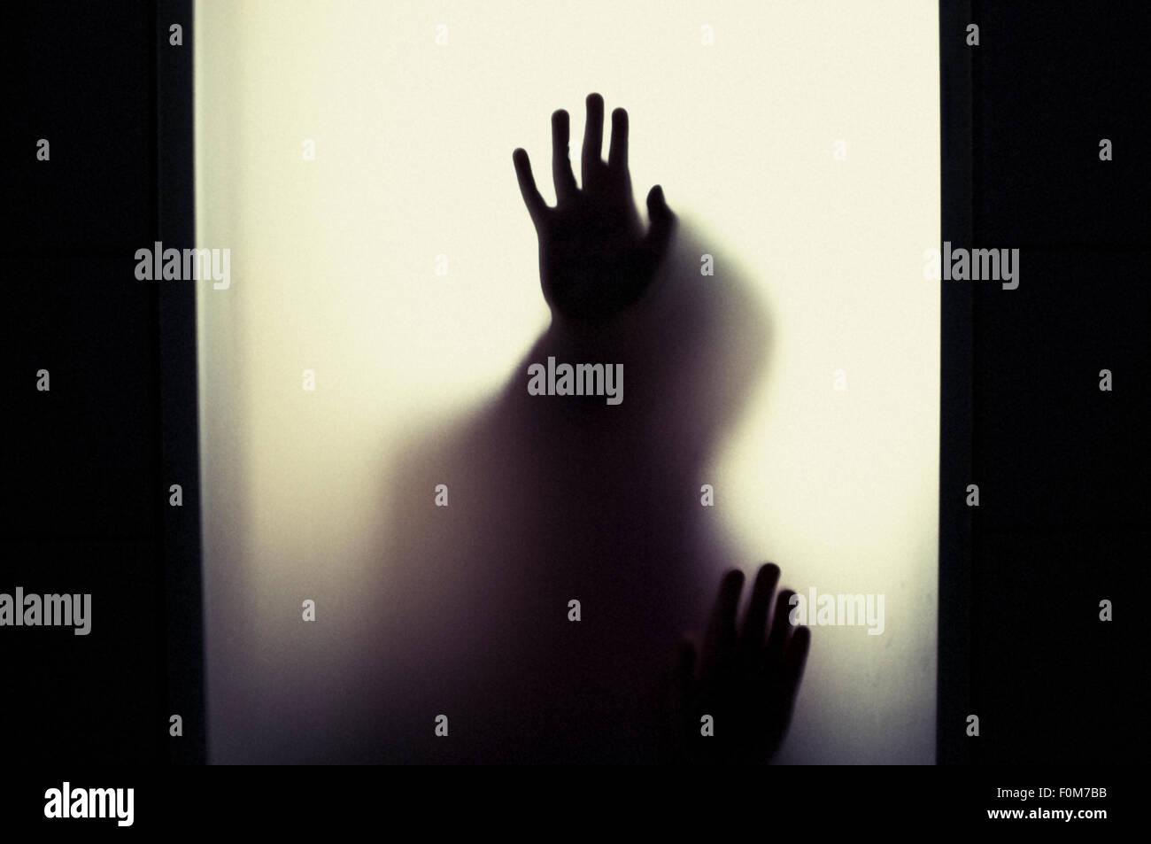 Silhouette des kleinen Kindes Hände hochhalten. Konzeptbild von Kindheit Ängste, Missbrauch und Sicherheit Stockbild