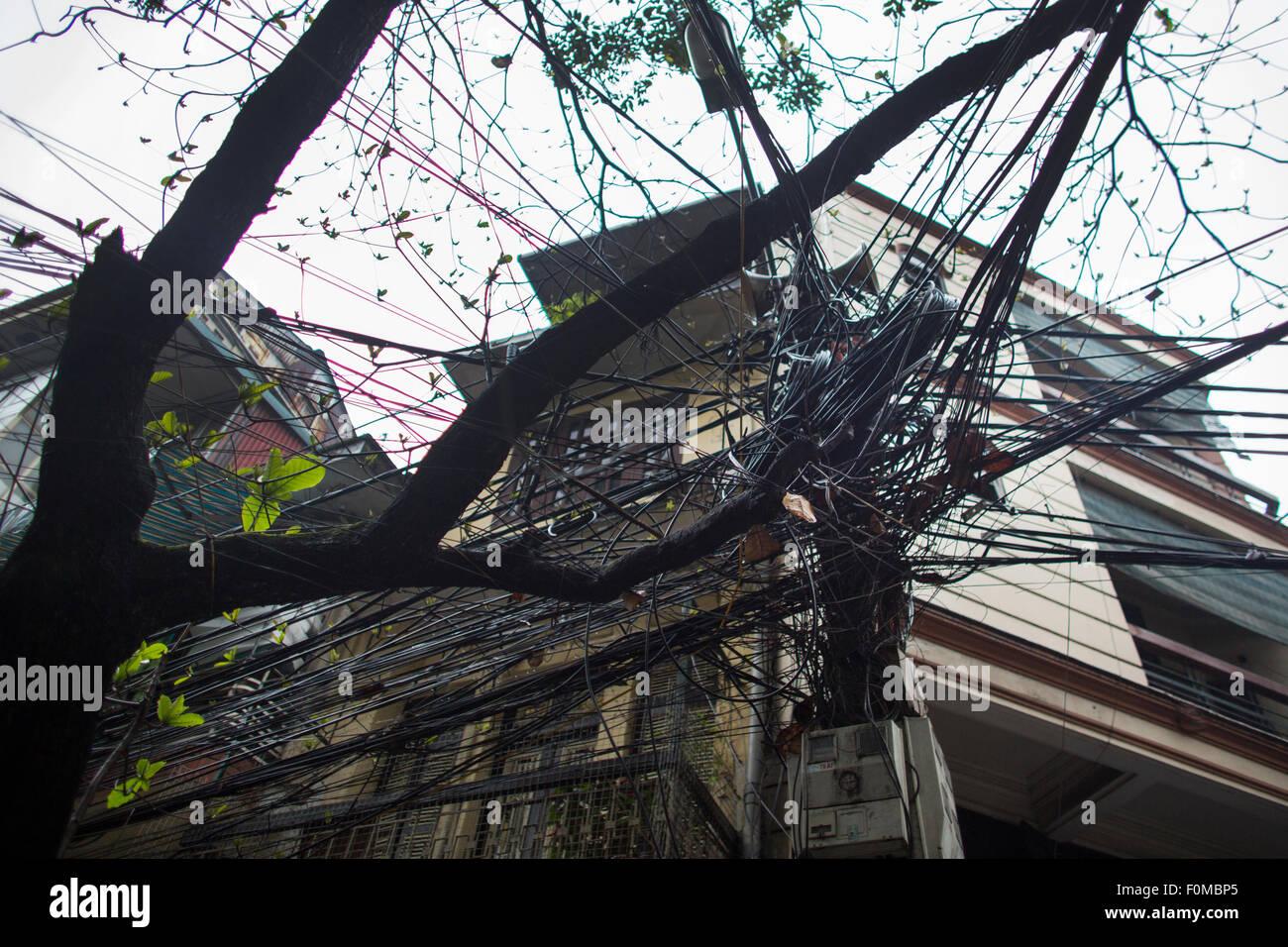 Armen Stromversorgungsnetzes in Hanoi Stockbild