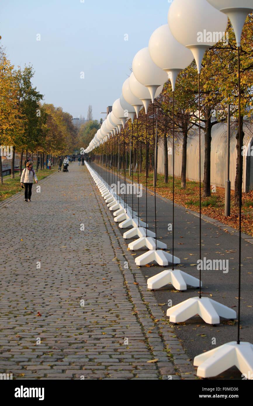 """Aufgestellte Ballons Fuer sterben Licht-Installation """"Lichtgrenze"""" Vor Dem 25 Jaehrigen Jubilaeum des Stockbild"""