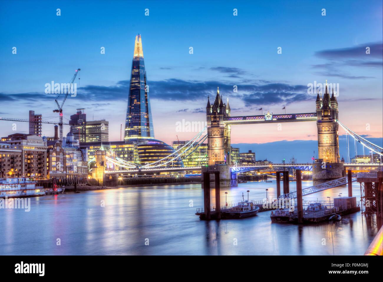 Die Tower Bridge, den Shard ad der Stadtteil Southwark/Bermondsey in London an einem sommerlichen Abend Stockbild