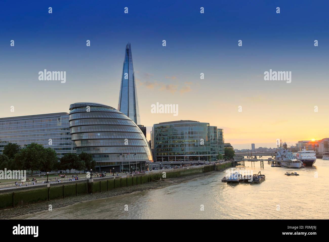 Der Shard, Rathaus (HQ der Bürgermeister von London) und die Themse in London bei Sonnenuntergang Stockbild