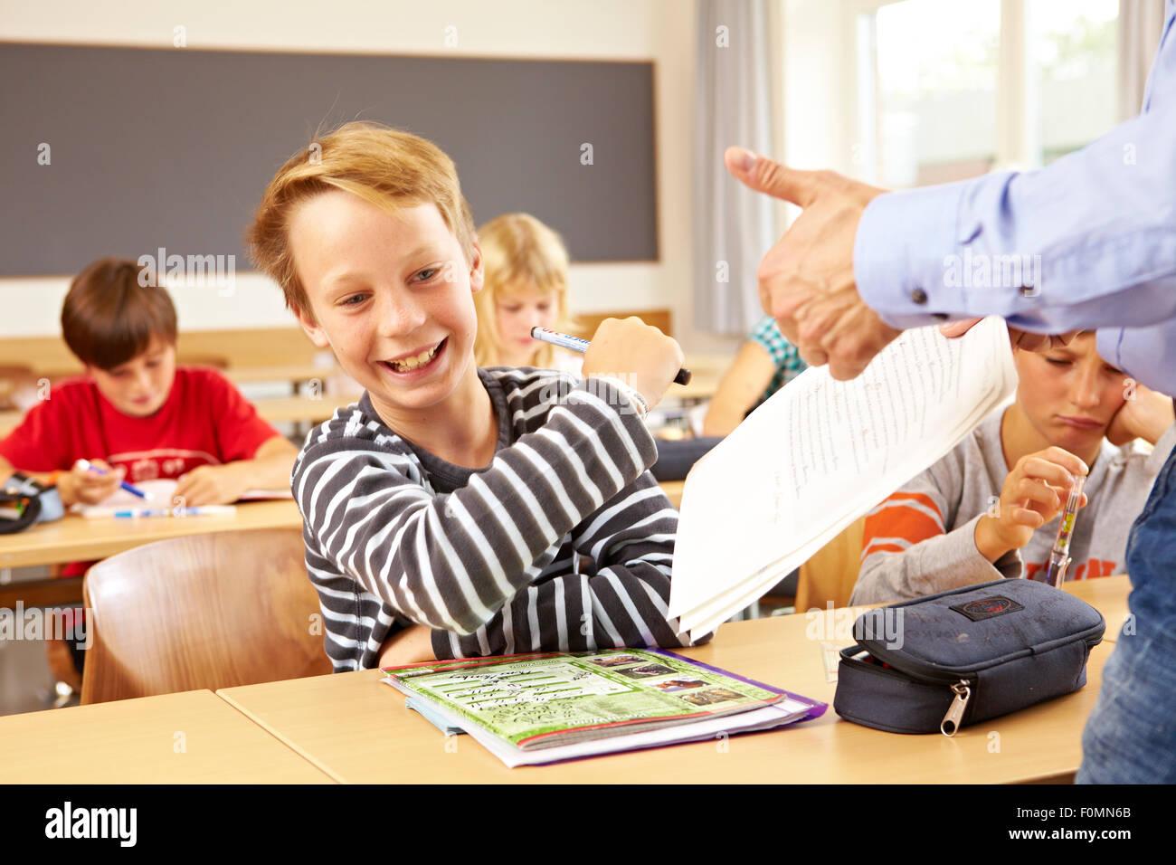 Junge freut sich über eine gute Note in der Schule Stockbild