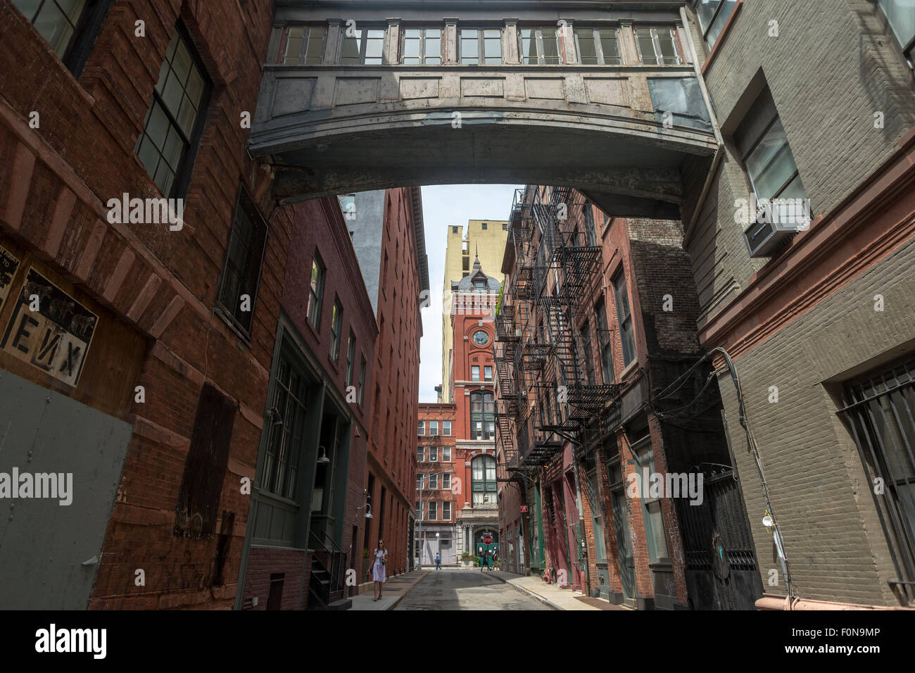 New York, NY - 8. August 2015 - TriBeCa Skybridge auf Grundnahrungsmittel Straße Stockbild
