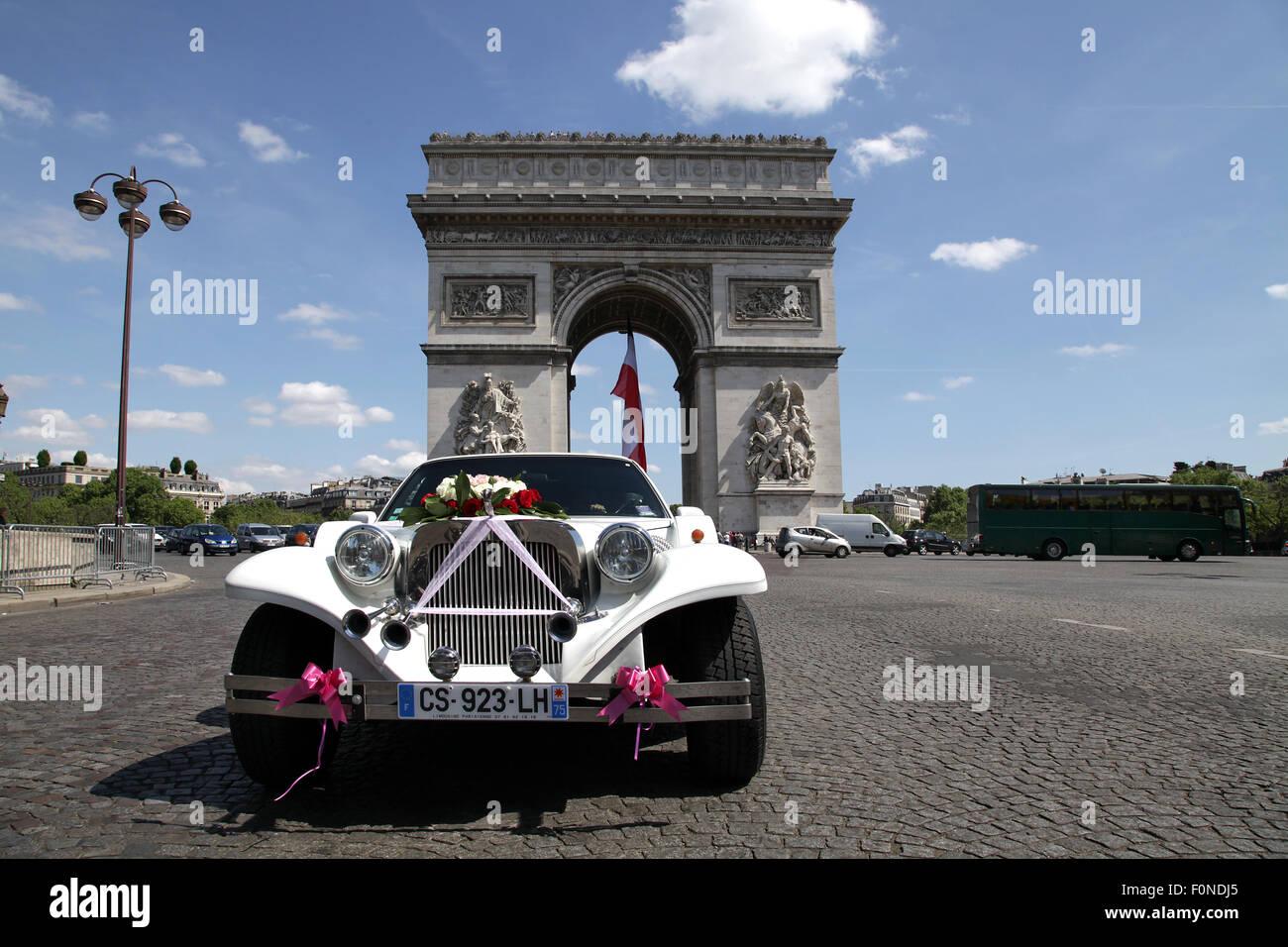 Excalibur Automobil am Triumphbogen Arc de Triomphe in Paris Frankreich Stockbild