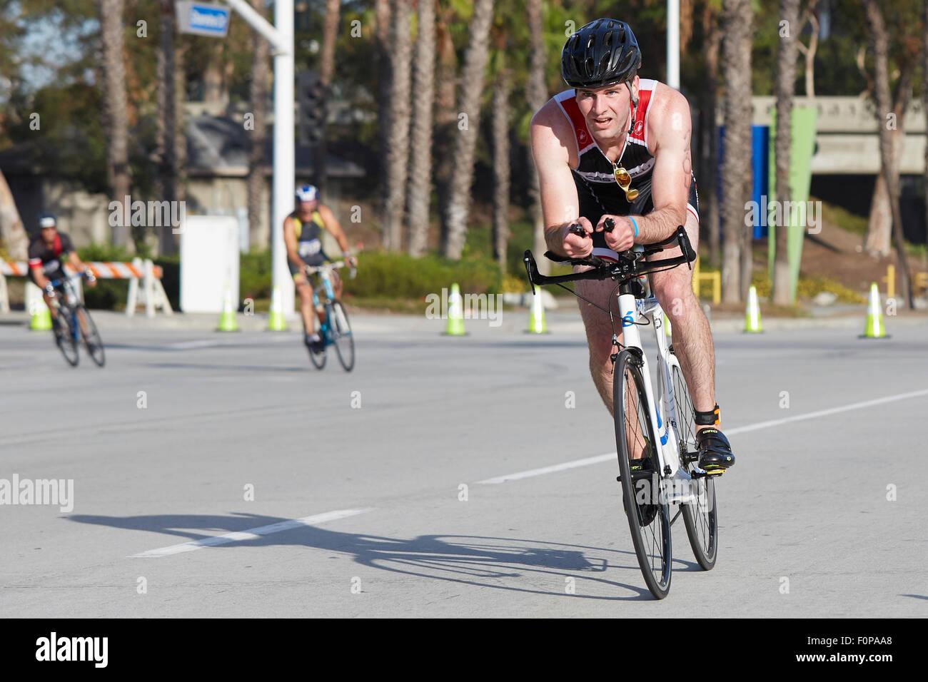 Engagierte männliche Radfahrer im Wettbewerb In der Long Beach-Triathlon. 16. August 2015. Stockbild