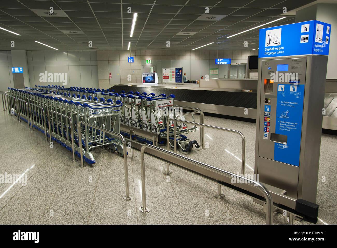 Gepäckwagen und Maschine, Flughafen, Frankfurt, Hessen, Deutschland Stockbild