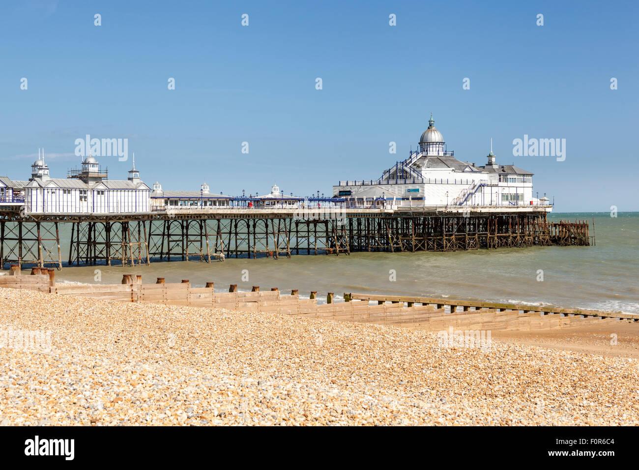 Der Pier und Strand, Eastbourne, East Sussex, England Stockfoto