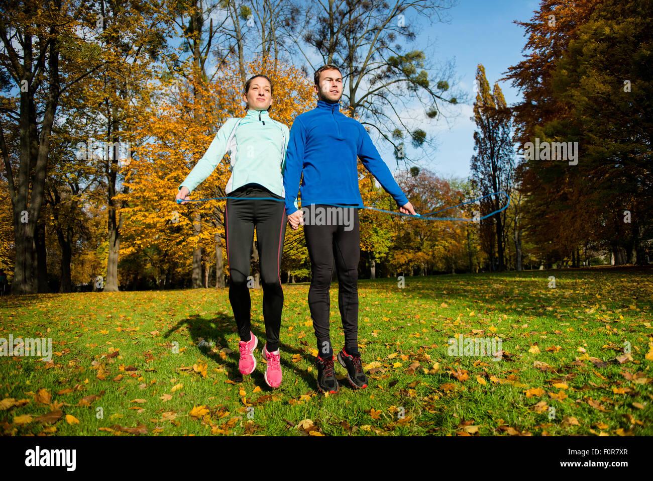 Workout - junges Paar zusammen mit Springseil Springen Stockbild