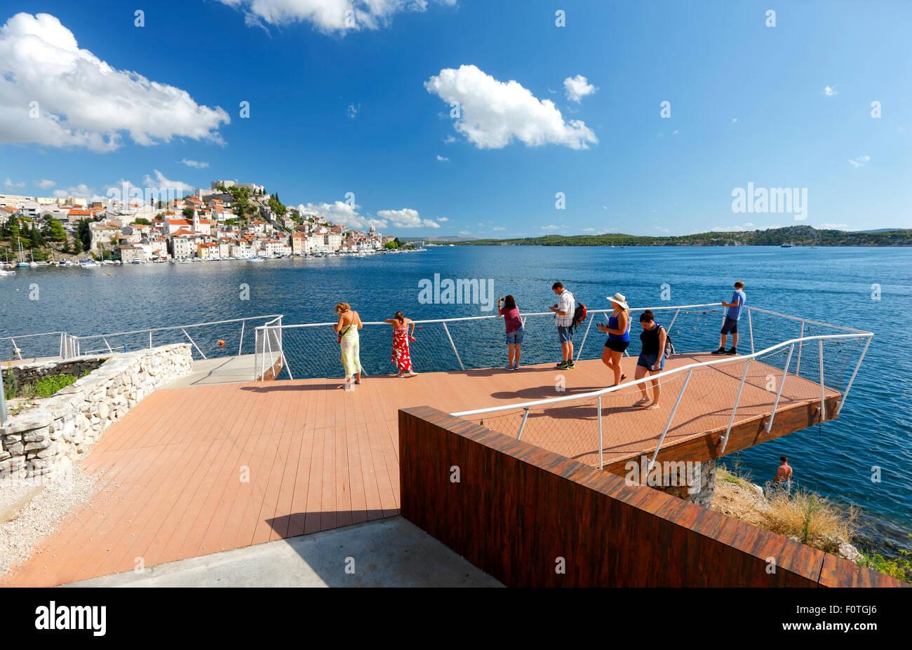 Aussichtspunkt in der Stadt Sibenik in der Nähe von öffentlichen Strand. Stockbild