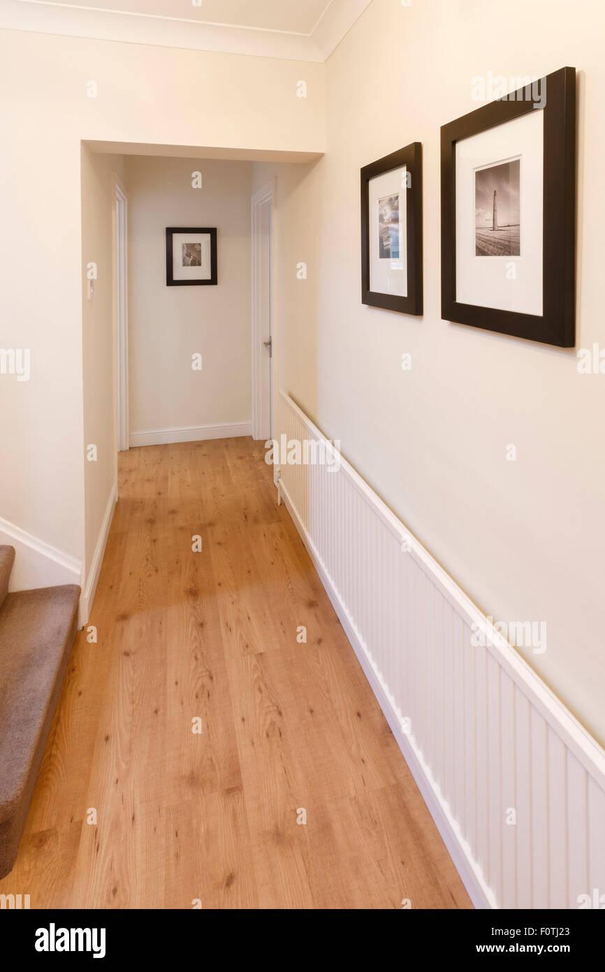 AuBergewohnlich Flur In Einem Haus Mit Holzboden Und Bilder An Der Wand