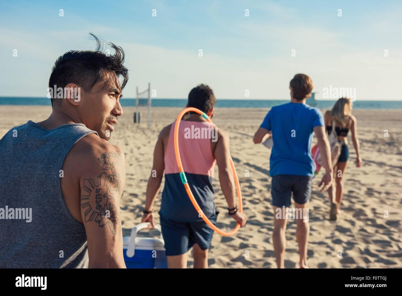 Gruppe von Freunden zu Fuß am Strand, Rückansicht Stockbild
