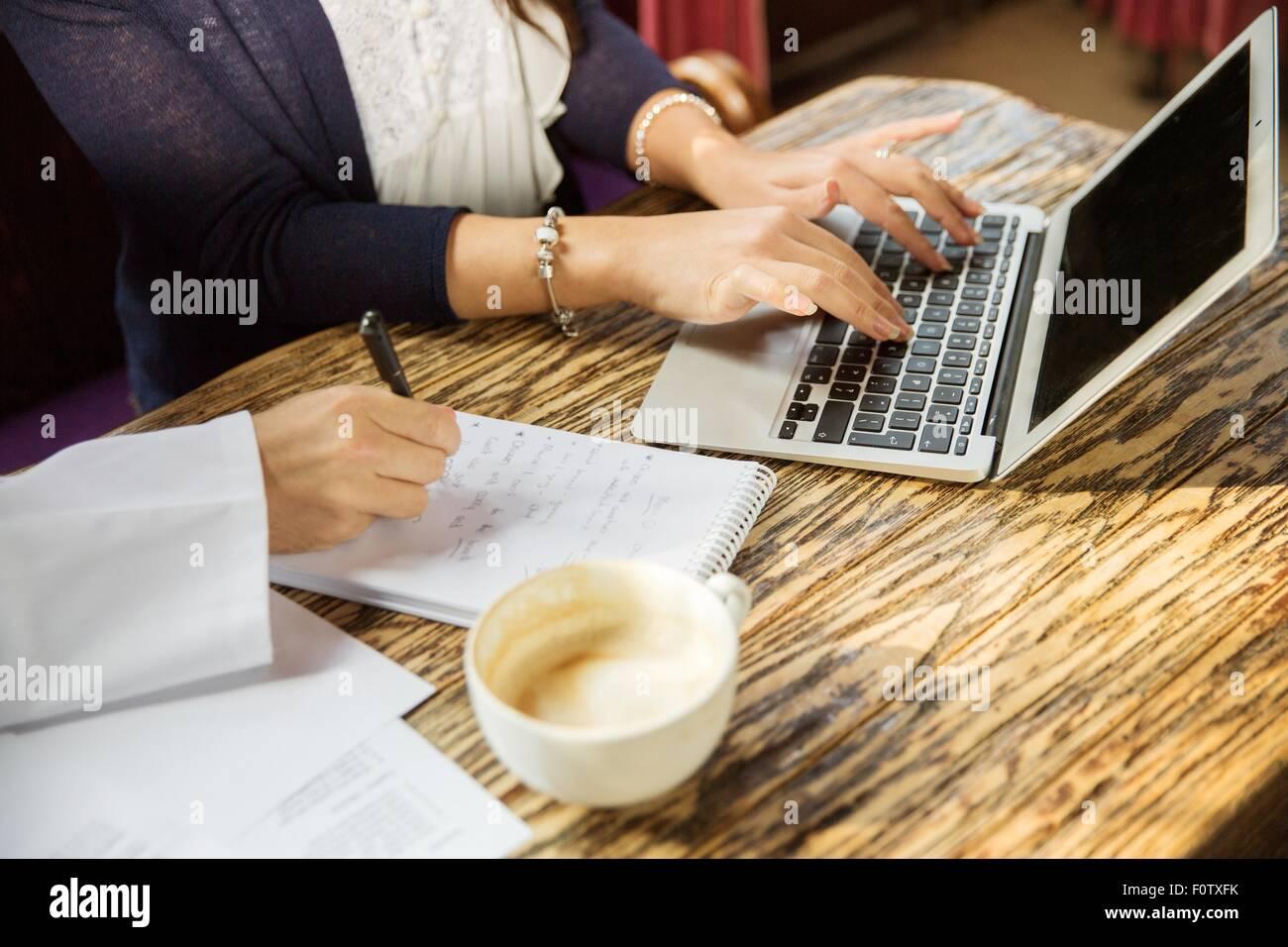Nahaufnahme der Paare Hände mit Laptop, schreiben, beschnitten Stockbild