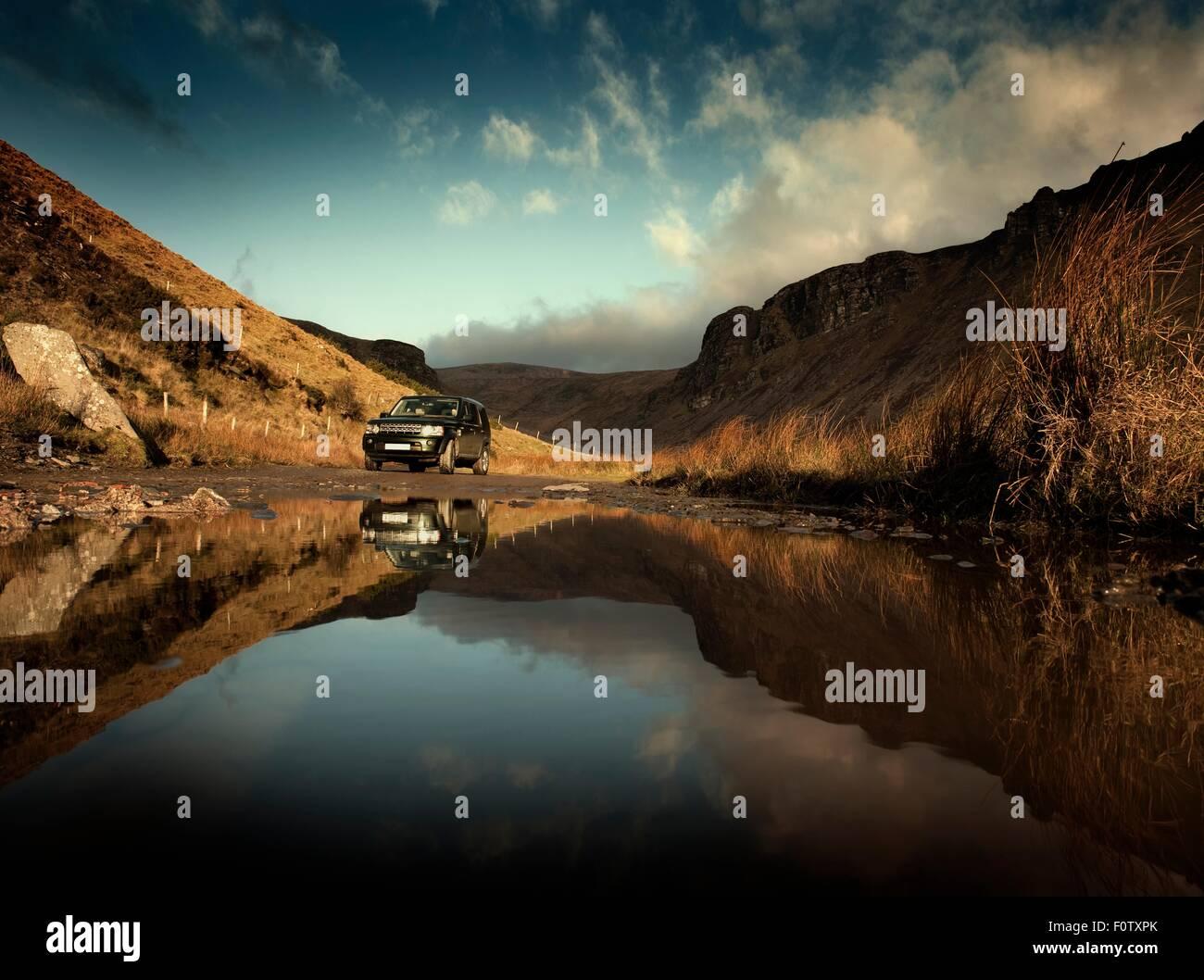 Geländewagen geparkt am Seeufer, Dingle, Co Kerry, Irland Stockbild