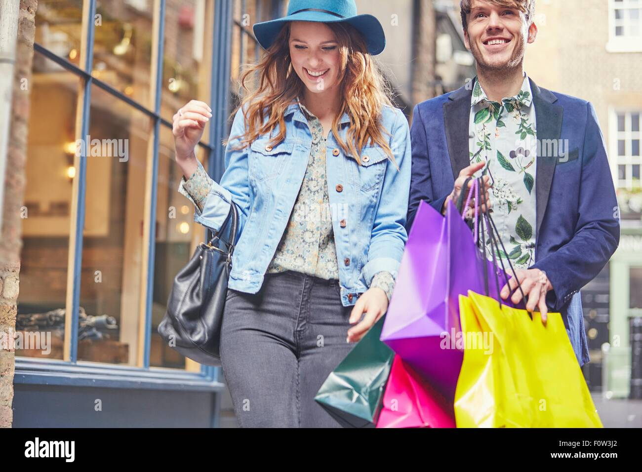 Stilvolle paar auf shopping-Tour, London, UK Stockbild