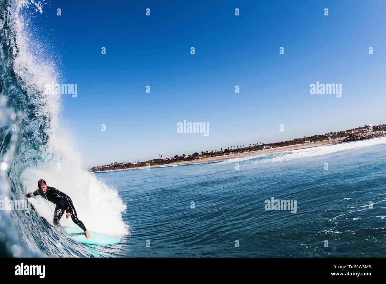 Nahaufnahme der Ozeanwelle und Mitte erwachsenen Mannes Surfen, Carlsbad, Kalifornien, USA Stockfoto