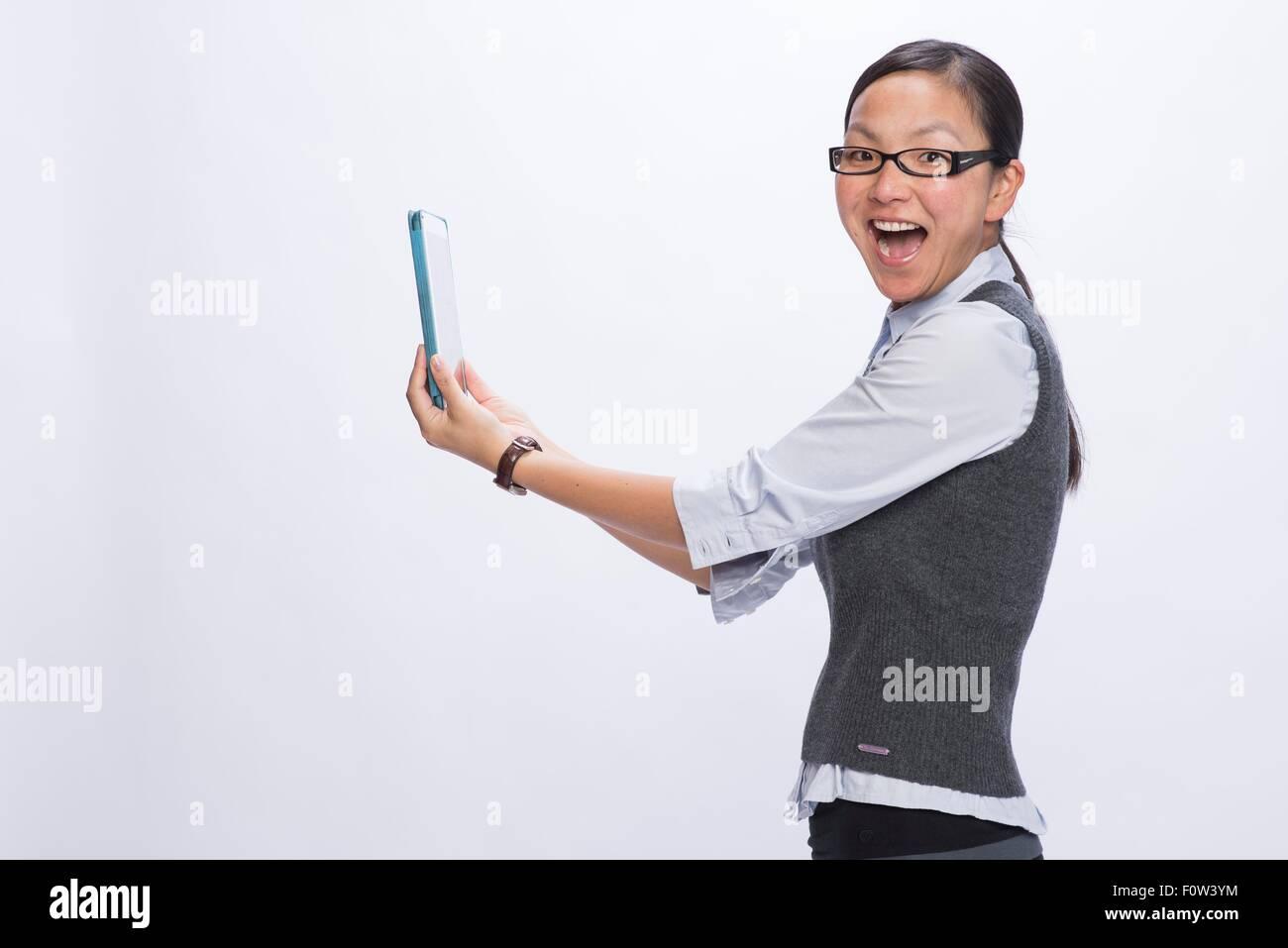 Geschäftsfrau hält digital-Tablette auf Armlänge Stockbild