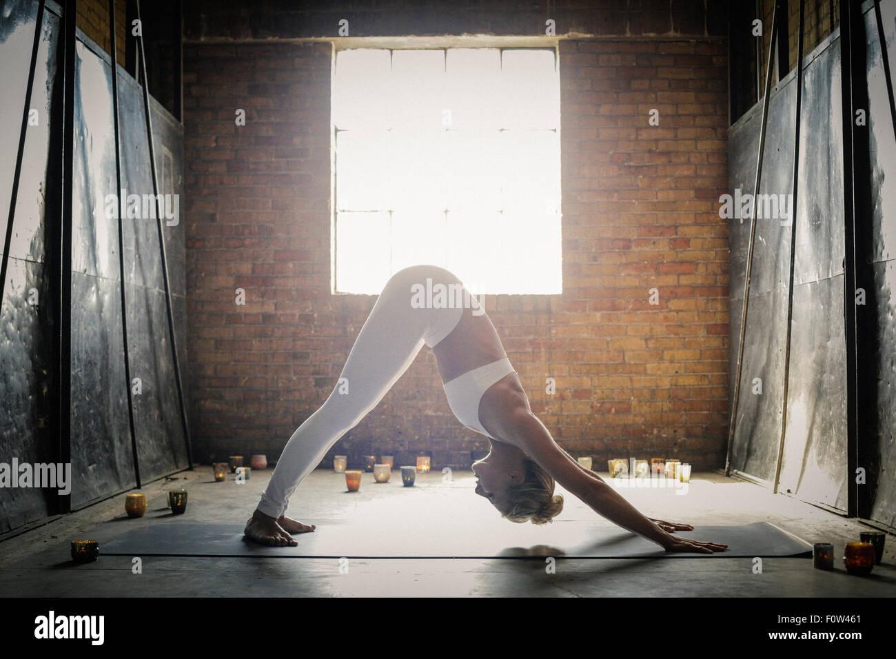 Yogastellung Stockfotos & Yogastellung Bilder Alamy