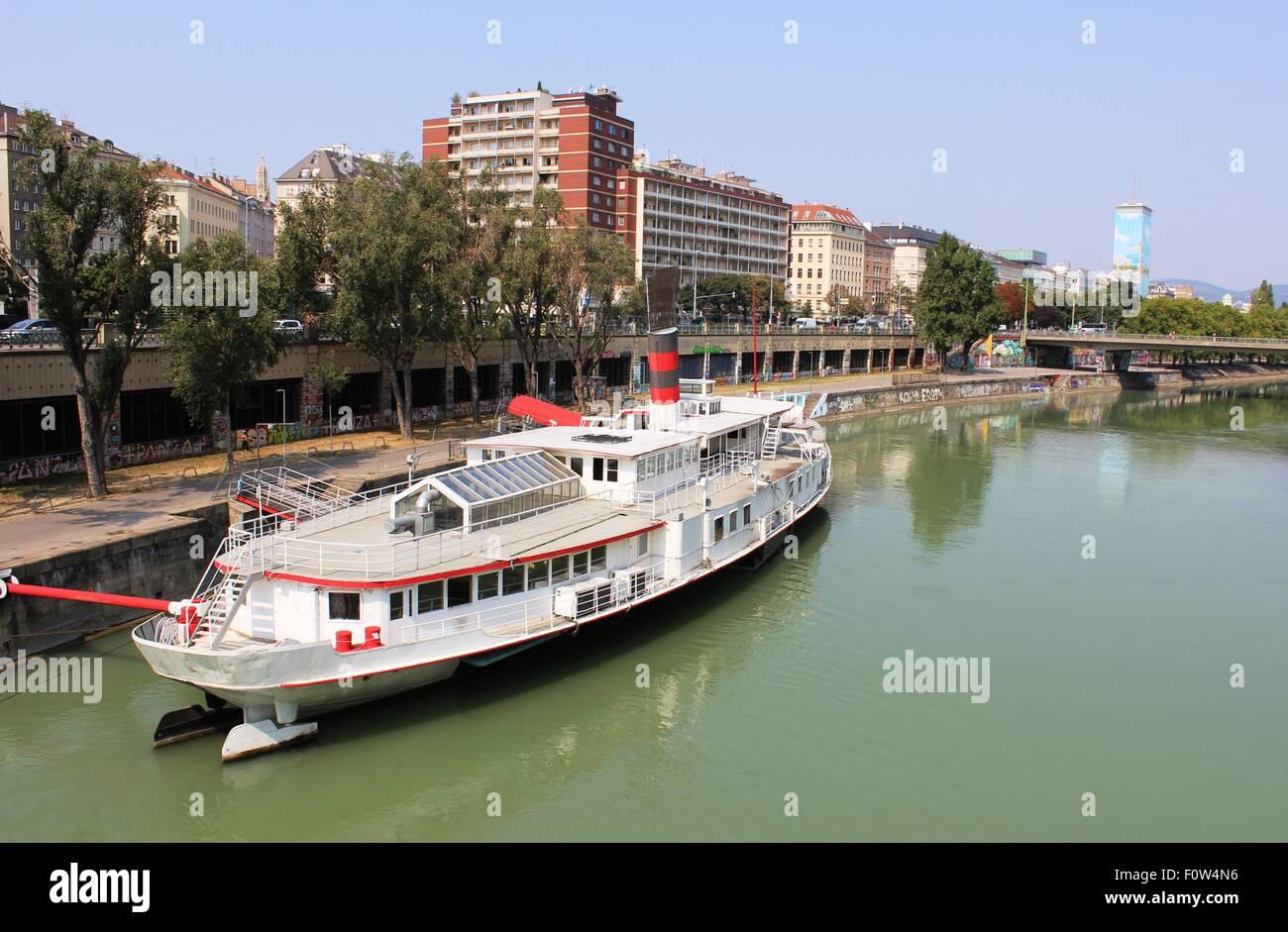 Walzerschiff Johann Strauss - Flussschiff am Donaukanal ...