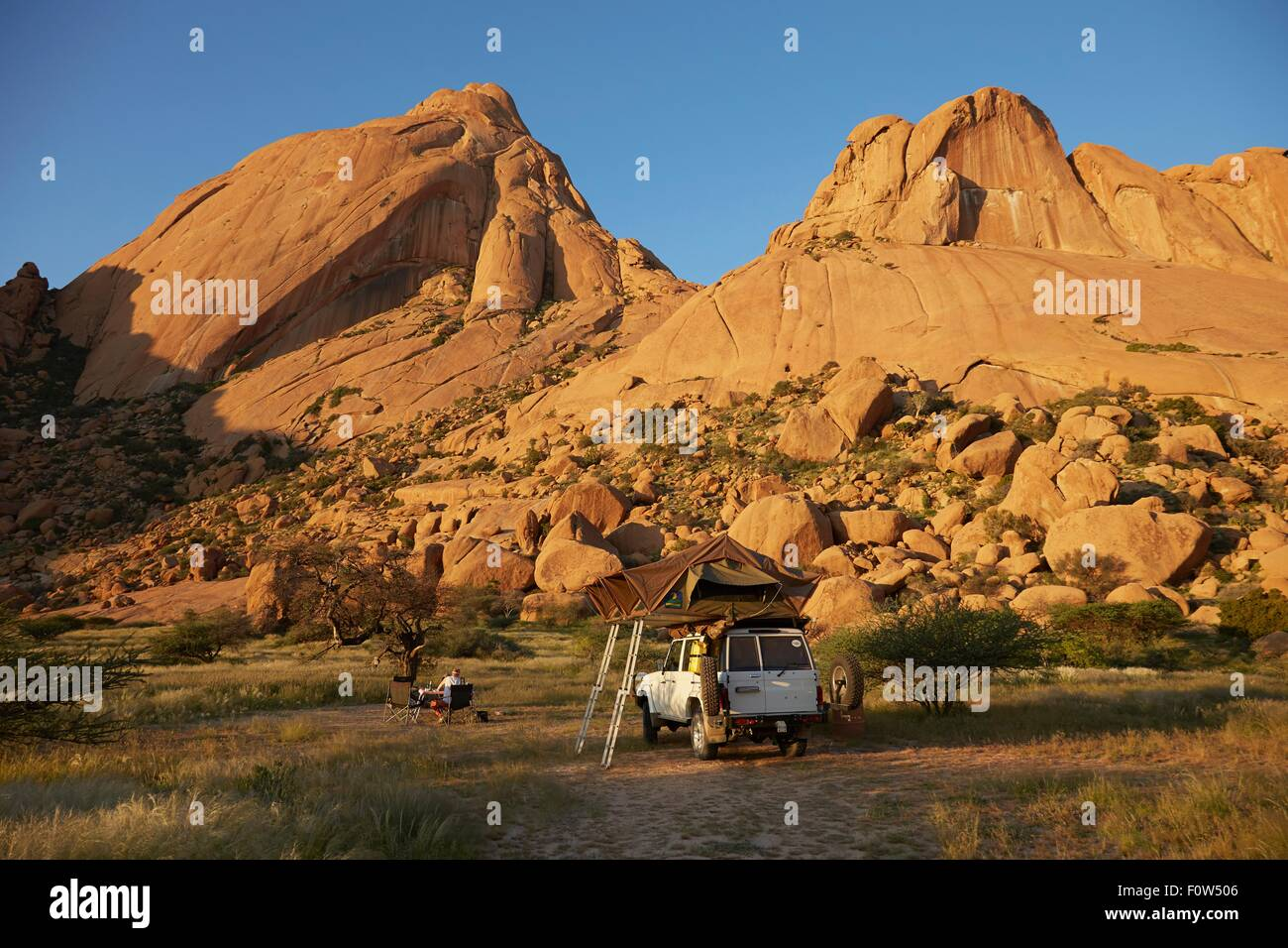 Geländewagen mit Schlafzelte obenauf, Swakopmund, Erongo, Namibia Stockbild