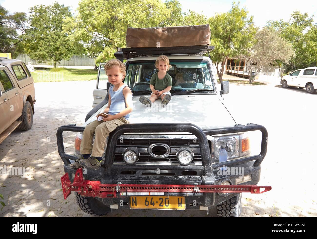 Porträt von zwei jungen sitzen auf Geländewagen, Otavi, Etosha, Namibia Stockbild