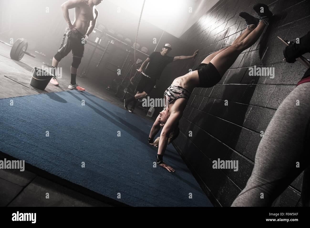 Gruppe von Menschen, die im Fitness-Studio trainieren Stockbild