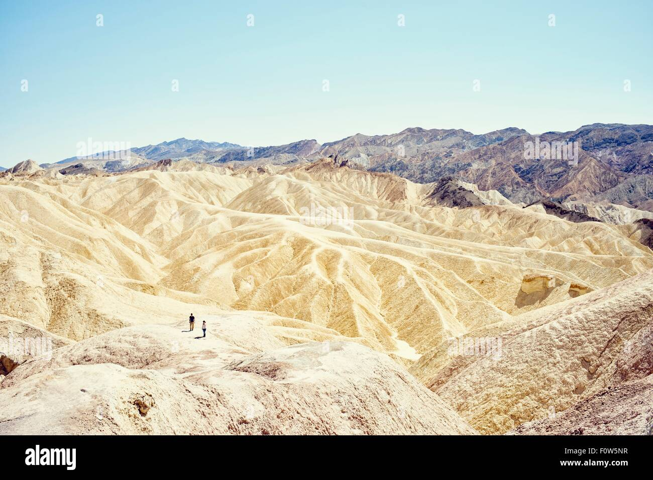 Blick auf zwei Touristen am Zabriskie Point, Death Valley, Kalifornien, USA Stockbild