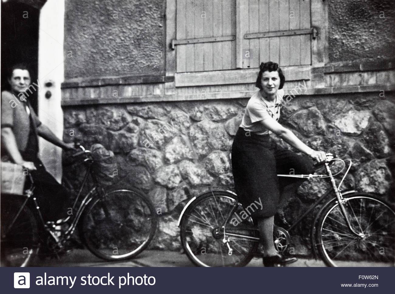 junge Frau auf einer Männer-Fahrrad-Vorführung von ihren Fahrstil Hose Frankreich der 1950er Jahre Stockfoto