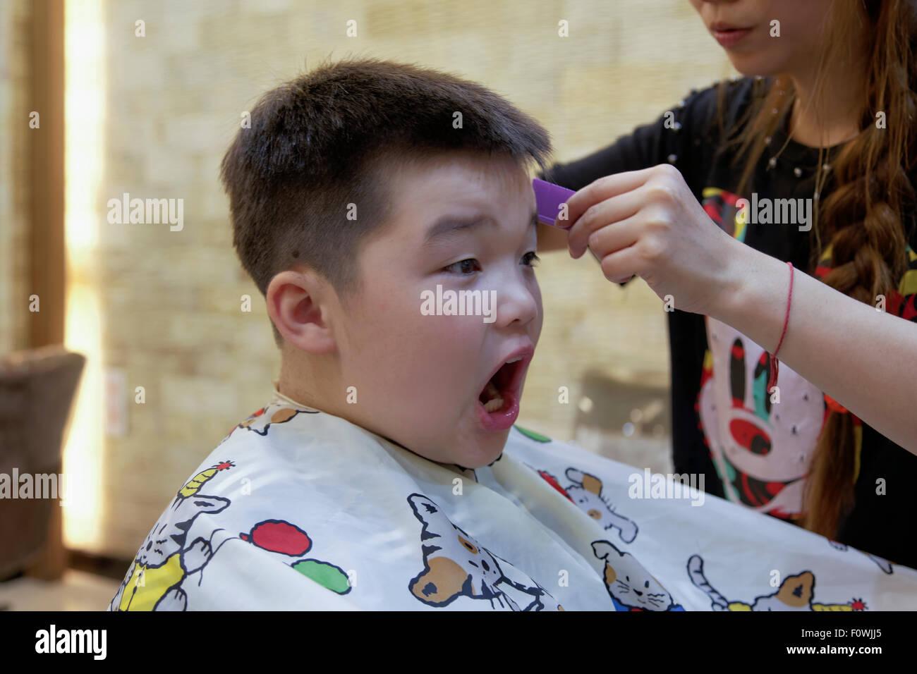 Ein 7 Jahriger Mischlinge Junge Immer Eine Haar Schneiden Stockfoto
