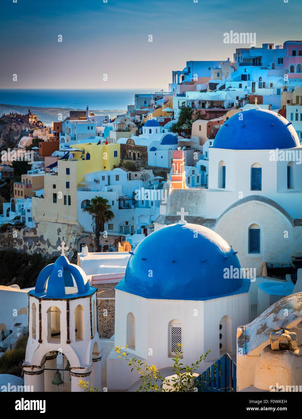 Legendäre blauen gewölbte Kapellen in der Stadt Oia auf der griechischen Insel Santorini (Thira) Stockbild
