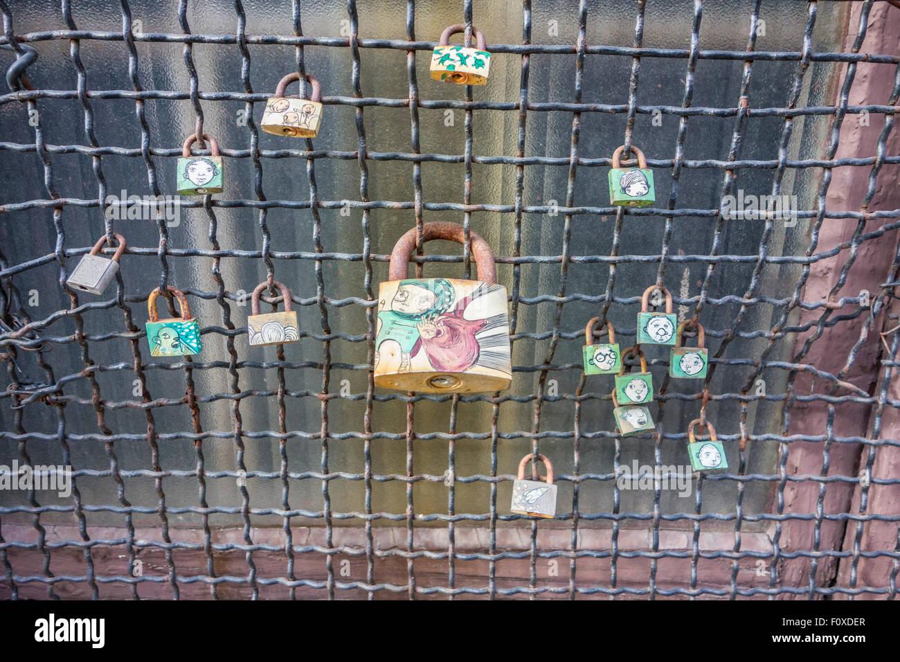 Berühmt Gemalter Stall Mit Maschendraht Bilder - Elektrische ...