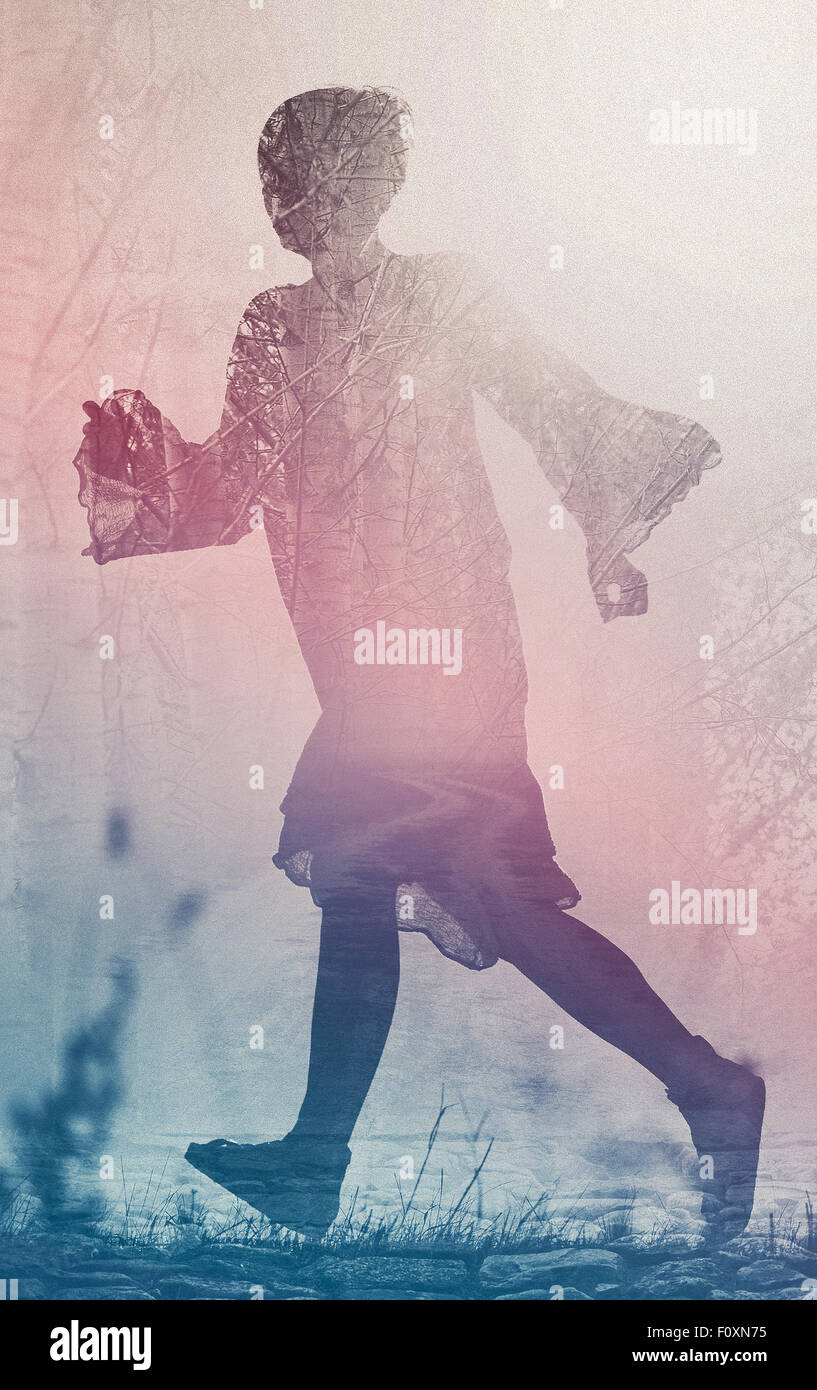 Frau läuft in die Freiheit durch Landschaft Feld, Silhouette der weiblichen Person, Doppelbelichtung, Vintage Stockbild