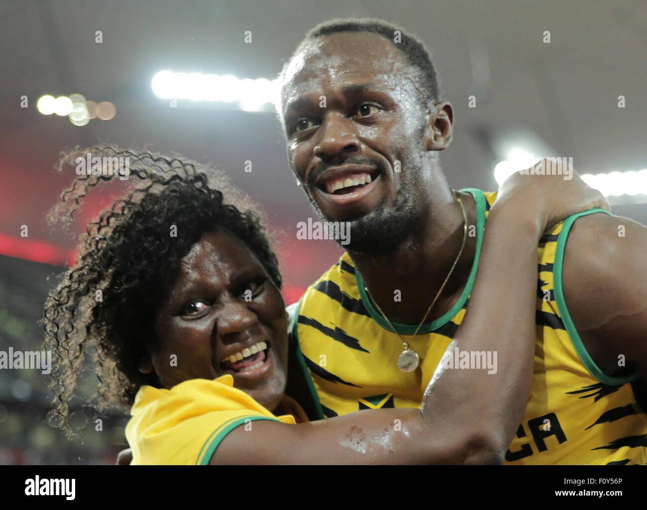 Peking, China. 23. August 2015. Usain Bolt aus Jamaika feiert mit seiner Mutter Jennifer Bolt nach dem Gewinn der Stockbild