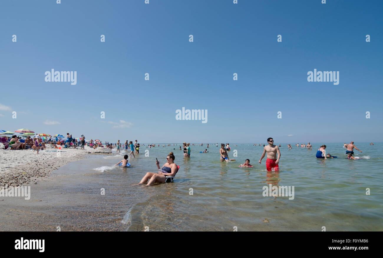 Sonntagnachmittag am überfüllten Strand von Mayflower auf Cape Cod Bay in Massachusetts Stockbild